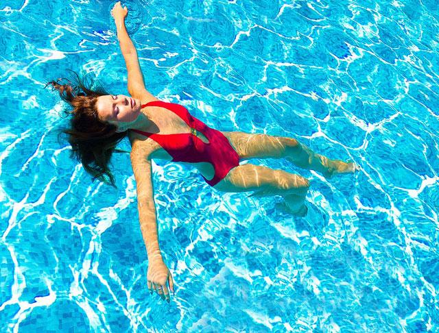 plavanie-zhirovye-skladki-na-spine